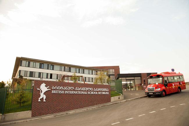 """""""ელიტარული სკოლა"""" თბილისში, სადაც ირღვევა ქვეყნის კონსტიტუცია"""