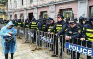 """""""ნაცმოძრაობის"""" ინფორმაციით, პოლიციამ აქციის ორი მონაწილე ძალის გამოყენებით საკრებულოს შენობაში შეიყვანა"""