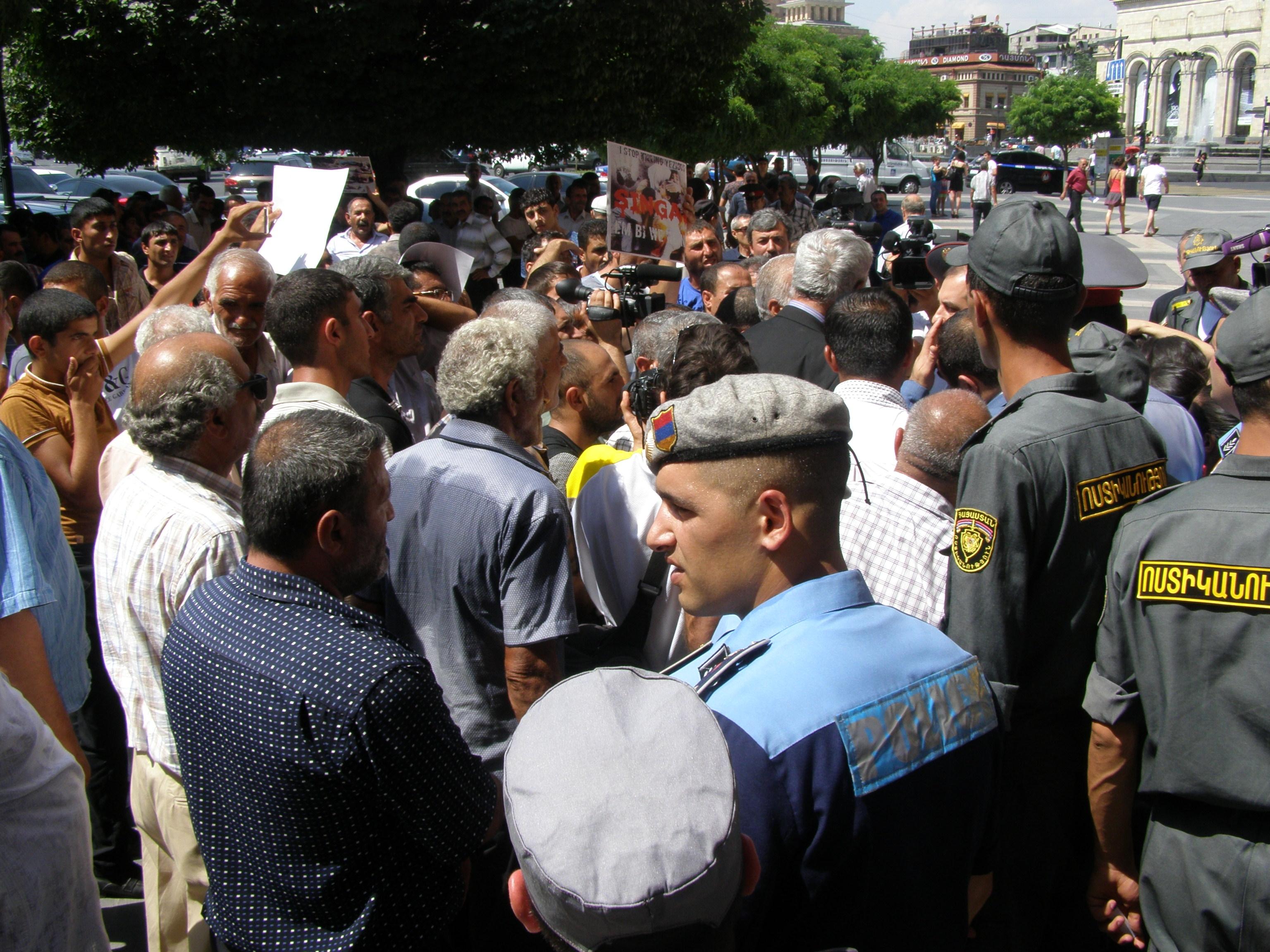 სომხეთში პოლიციელებსა და დემონსტრანტებს შორის შეტაკება მოხდა